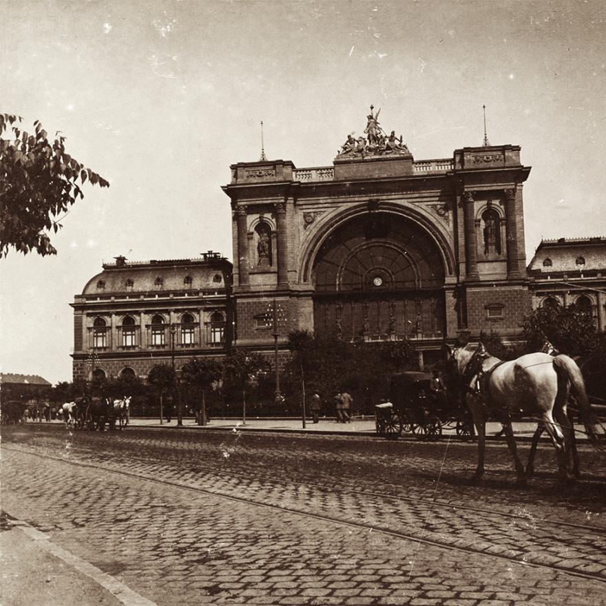 Másik grandiózus pályaudvarunkat, az 1884-ben átadott Keletit is meglátogatta Kiss László (valószínűleg nem csak a látvány kedvéért, hiszen utasként is használnia kellett azokat). Az akkor még jellemzően kisebb házakkal beépített külső kerületekben, a gyér lovaskocsi-forgalom mellett jóval monumentálisabbaknak tűnhettek ezek az indóházak. Főleg, hogy akkor még a Rákóczi út végét sem keresztezte a felüljáró.