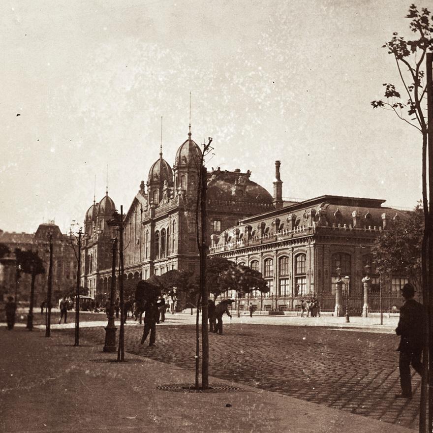 A Nyugati pályaudvar látszólag nem sokat változott. Sőt, már ott a villamossín is, de még a fák földtányérjait védő rácsok is ilyesmik mind a mai napig. Már akkoriban sem volt új:  1877-ban adták át az akkoriban technikai bravúrnak számító épületet, melyet  Gustave Eiffel irodája tervezett.