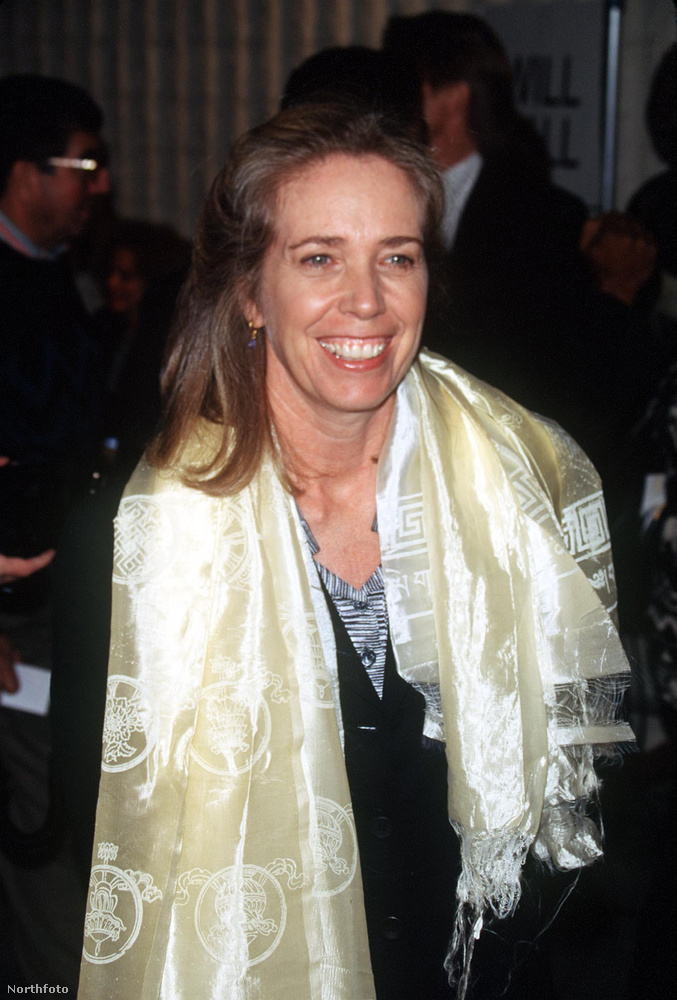 Melissa MathisonA neve neki sem túl ismert, de olyan híres filmek forgatókönyvét írta ő, mint például az E.T., illetve húsz évig Harrison Ford felesége volt