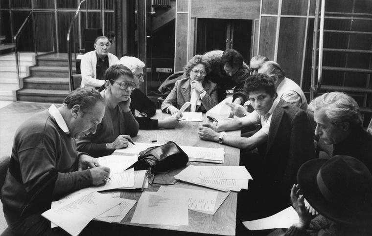 Sinkó LászlóEzen az 1980-as képen az asztalfőn Tábori Nóra ül, az ő jobb kezénél látható Sinkó László, aki július 31-én hunyt el
