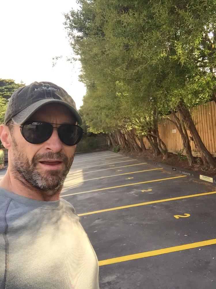 Hugh Jackman ezzel a fotóval mutatja meg, milyen kevesen vannak január elsején az edzőterem parkolójában.