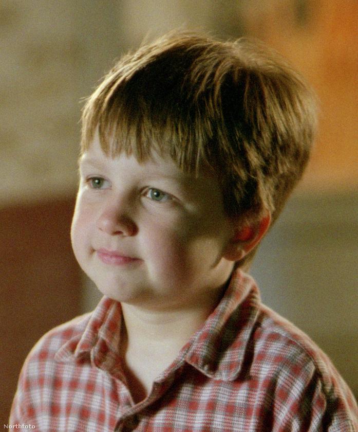 Ugye emlékszik erre a nagyon cuki kissrácra? A neve Angus T Jones, ő játszott Charlie Sheen és Jon Cryer oldalán a Két pasi meg egy kicsi című sorozatban.