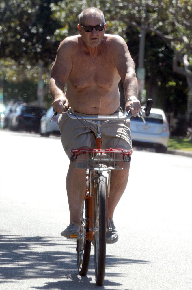 Ahogy Al Bundy, azaz Ed O'neill is a biciklin