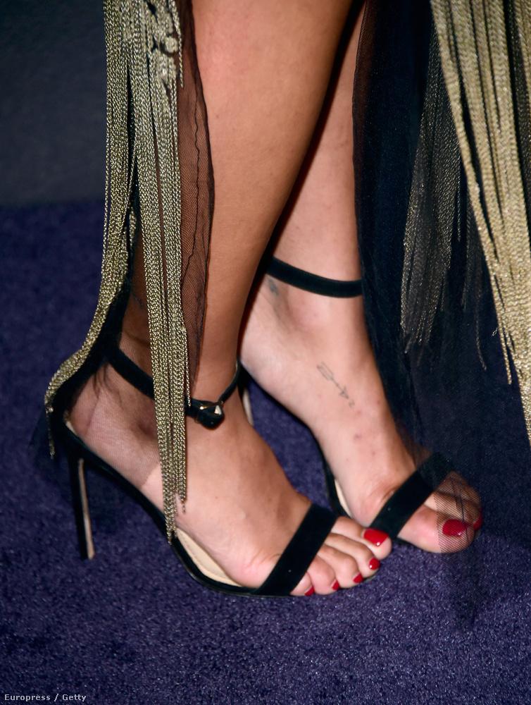 Zoe Kravitz lábujjai lefolytak a cipőjéről.