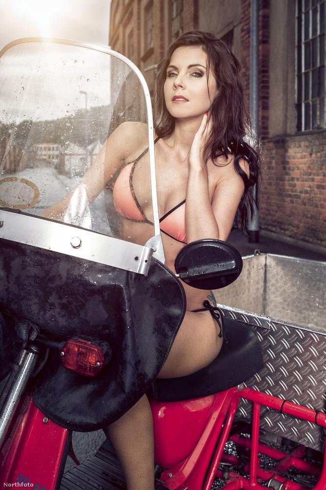 De az tény, hogy a garázs és a műhely ilyen szexi naptárakkal volt kitapétázva.
