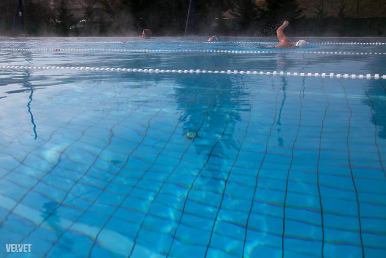 A 25 méteres, 4 sávos medencét esténként szolárfóliák borítják, így télen sem csökken 29 fok alá a víz hőmérséklete