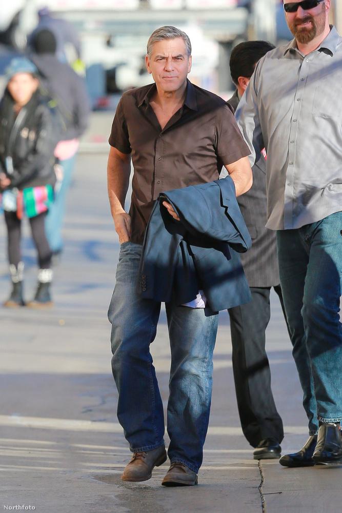 Ahogy Clooney előző malaca is együtt hált a gazdájával, ő 18 évet élt,                          Clooney anno élete leghosszabb kapcsolataként emlegette a malackáját.