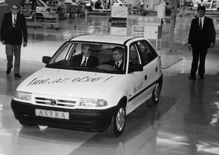 Azóta már legendássá váltak a fotók, amelyeken Antall József miniszterelnök levezeti az első Astrát a szentgotthárdi gyártósorról