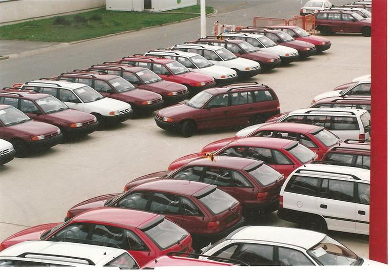 Hivatalosan 1991 januárjában jegyezték be General Motors Autóforgalmazó Kft-t, amely még abban a hónapban megkötötte az első tíz Opel márkakereskedői szerződését hazai partnereivel.