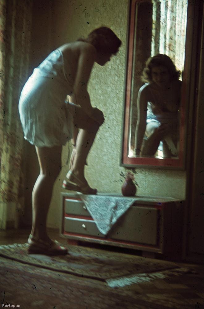 1943-ban valakit megihletett a tükör előtt öltöző vagy vetkőző nő képe.