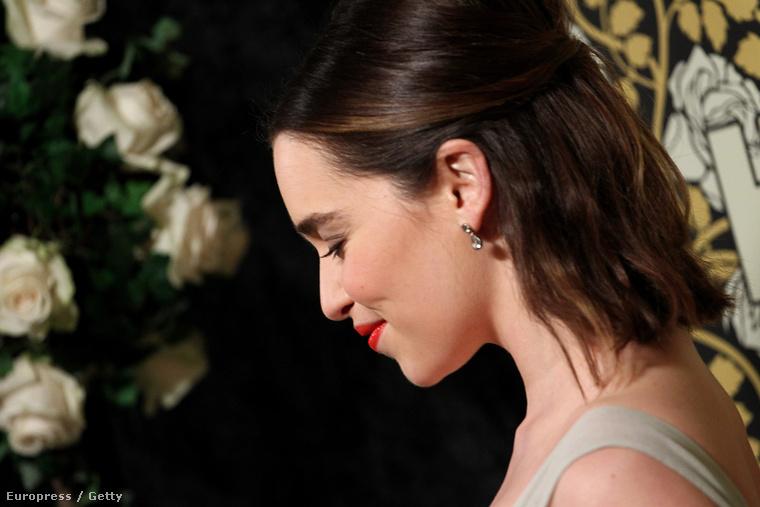 És most két kép erejéig Emilia Clarke-ot csodáljuk meg,