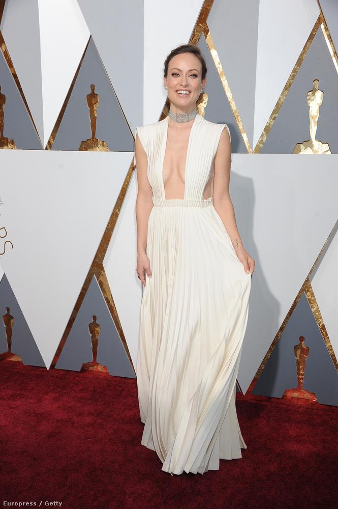 Olivia Wilde például egy olyan dekoltázst vállalt be egy Valentino-ruha segítségével, hogy az ő segítségével mutattuk be a nyerteseket hétfő reggel