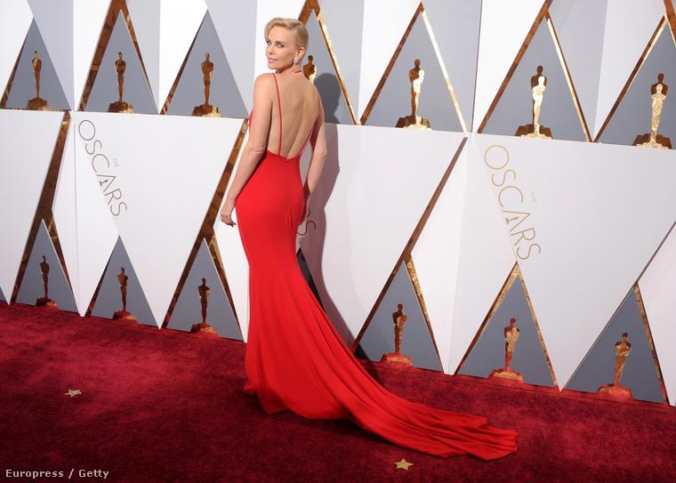 Csak előbb megmutatjuk Charlize Theron hátát is, hogy milyen elképesztően mutat ebben Diorban