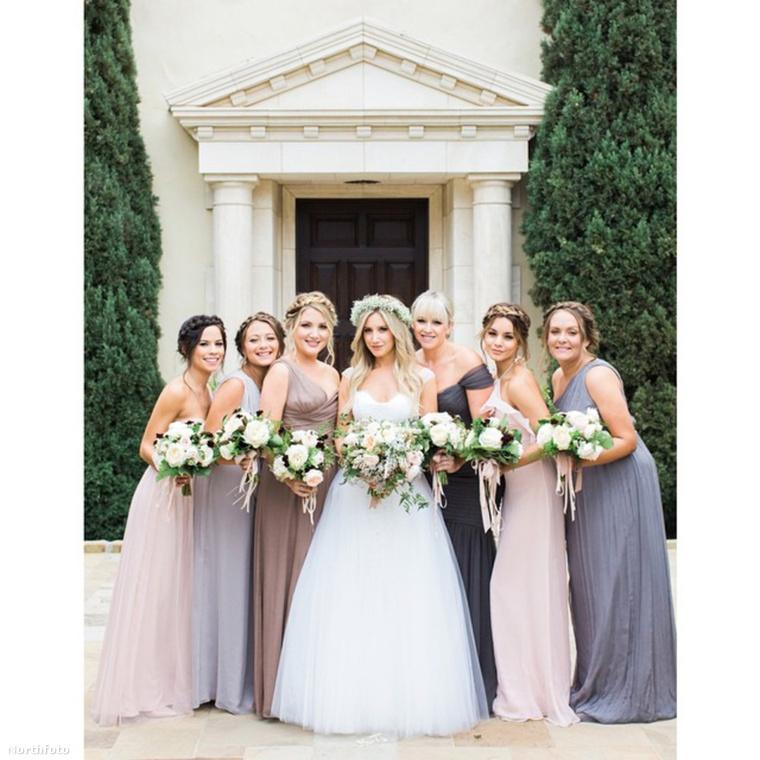 Ashley Tisdale itt a menyasszon, a nyoszolyólányok között kebelbarátnője, Vanessa Hudgens
