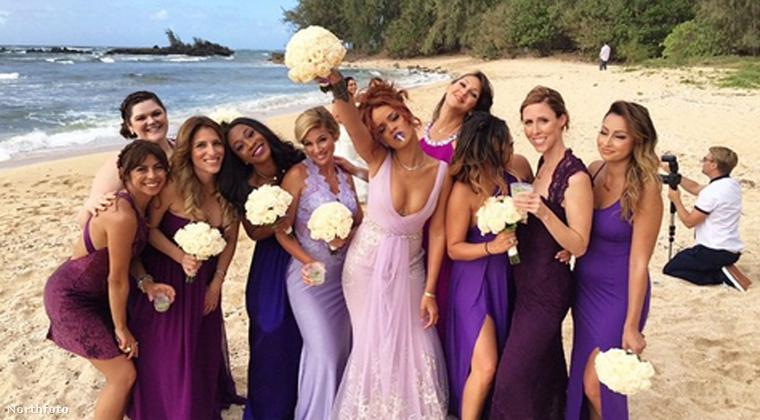 Most középre állt, Rihanna az! Kritizálták is amiatt, hogy túlságosan menyasszonyos volt koszorúslány létére