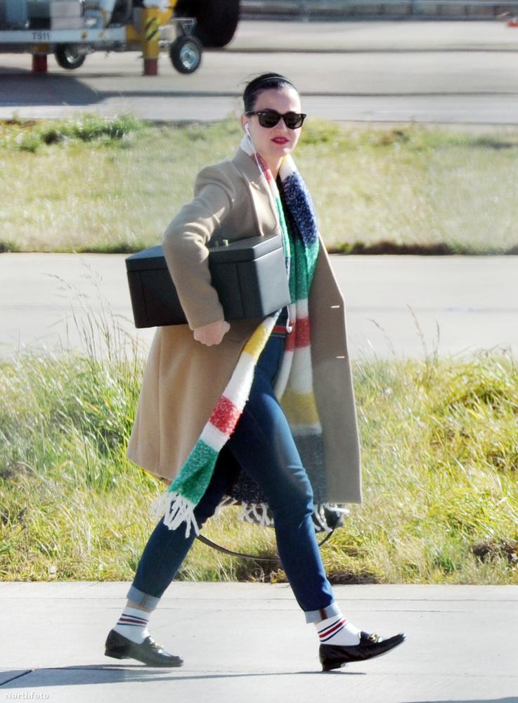 Vajon Katy Perry a családi ékszert hozta magával ebben a dobozban? Van inkább a behűtött ebédjét?