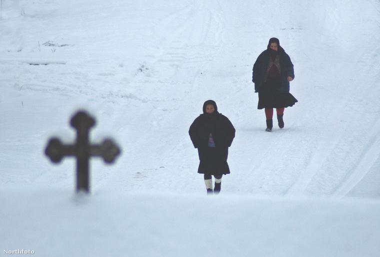 És ezekkel a templomba tartó nénikkel búcsúzunk – reméljük, tetszettek a fotók