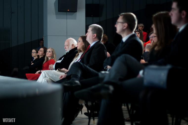 Vajnáék a hivatalos megnyitón az első sorban foglaltak helyet, miközben Kárász Róbert a Fogadj Örökbe egy Macit Alapítvány elnökeként beszélt hosszasan