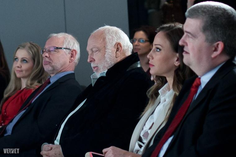 Andy Vajna meg beszundizott a Premier Kultcafe megnyitóján.