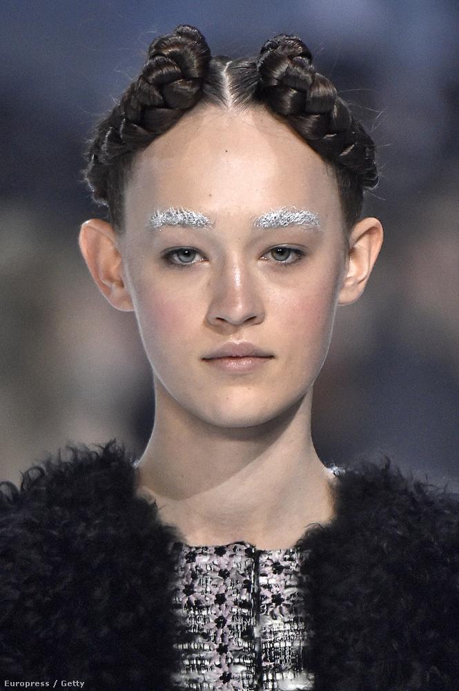 A haj talán laza utalás akar lenni Leia hercegnő kakaóscsiga-frizurájára