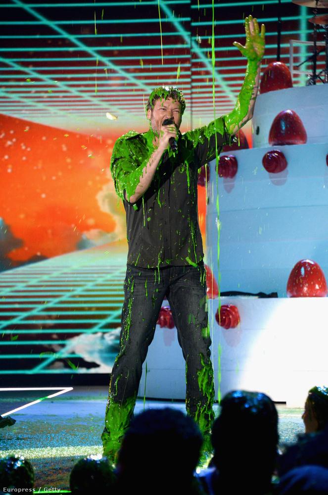 De a zöld trutyinak ezúttal Gwen Stefani új pasija, Blake Shelton örülhetett.
