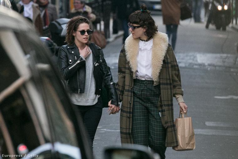 A JustJared szerint régóta pletykálják, hogy Kristen Stewart színésznő (bal oldalon) illetve