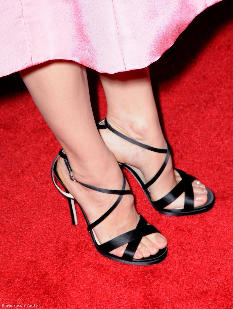 Illedelmesen hosszú szoknyaalj, csinosságában sem kihívó cipő, kit jellemezhet ez?