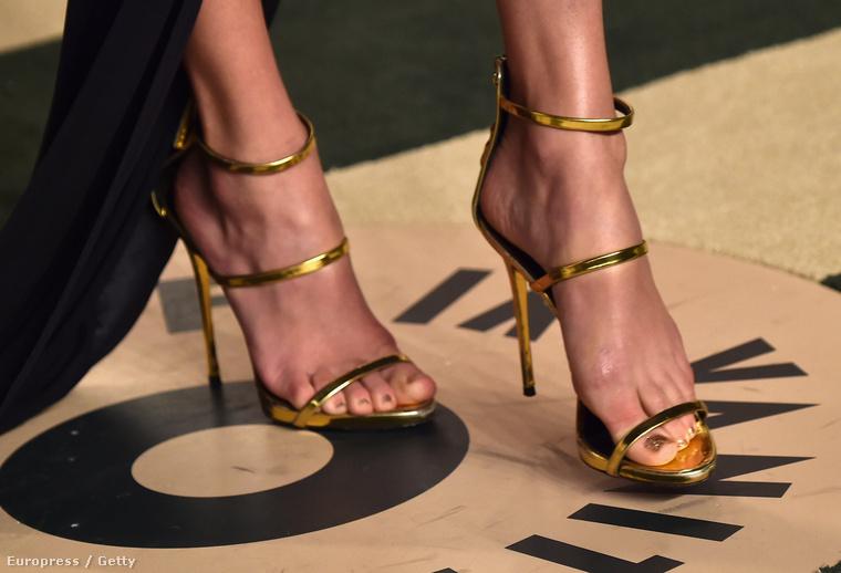 Lássunk valaki egészen mást: sosem közönséges, szupervékony, még a cipője is csak csíkokból áll