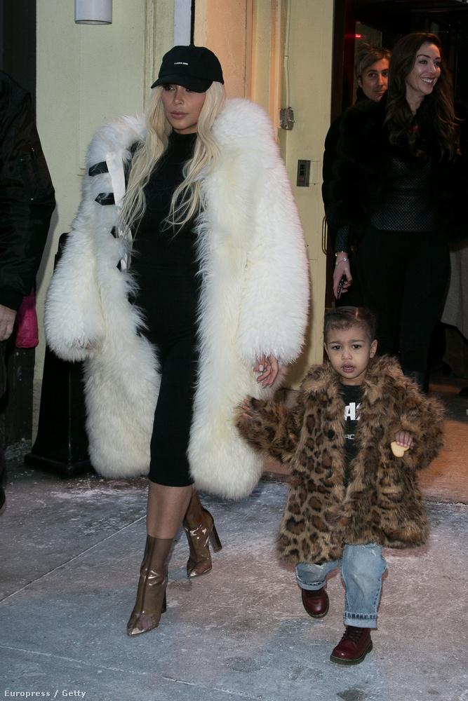 Természetesen Kim Kardashianről van szó, aki itt lányával, North Westtel látható.