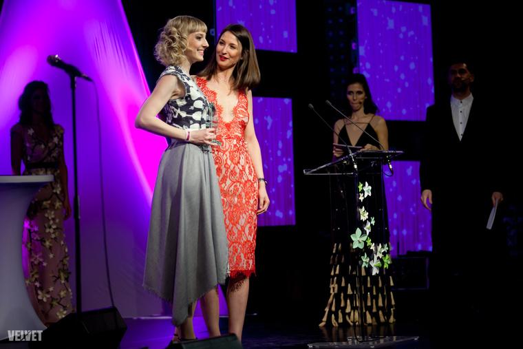 Az X-Faktorból ismert énekesnő, Horányi Juli viszont csak különdíjat kapott, amiért szép a haja