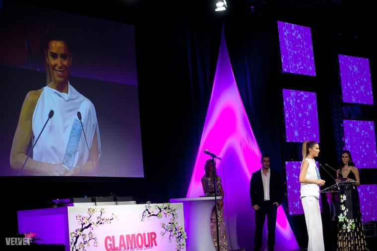 Az év közösségi média sztár kategória nyertese azonban nem Debreczeni, hanem egy másik Sugarbird-közeli glammodell, Dukai Regina lett