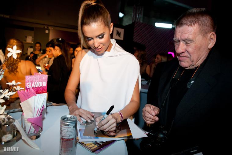 Majd osztogatott autogramokat