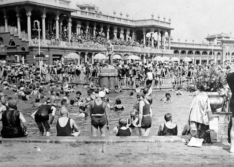 1930-ra már egész népszerű lett a Széchenyi fürdő.