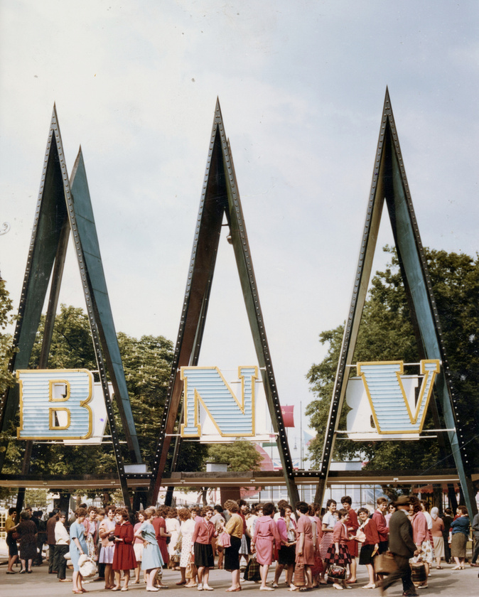 Végre egy kis szín: 1967-et írunk, újabb Budapesti Nemzetközi Vásárt tartottak.