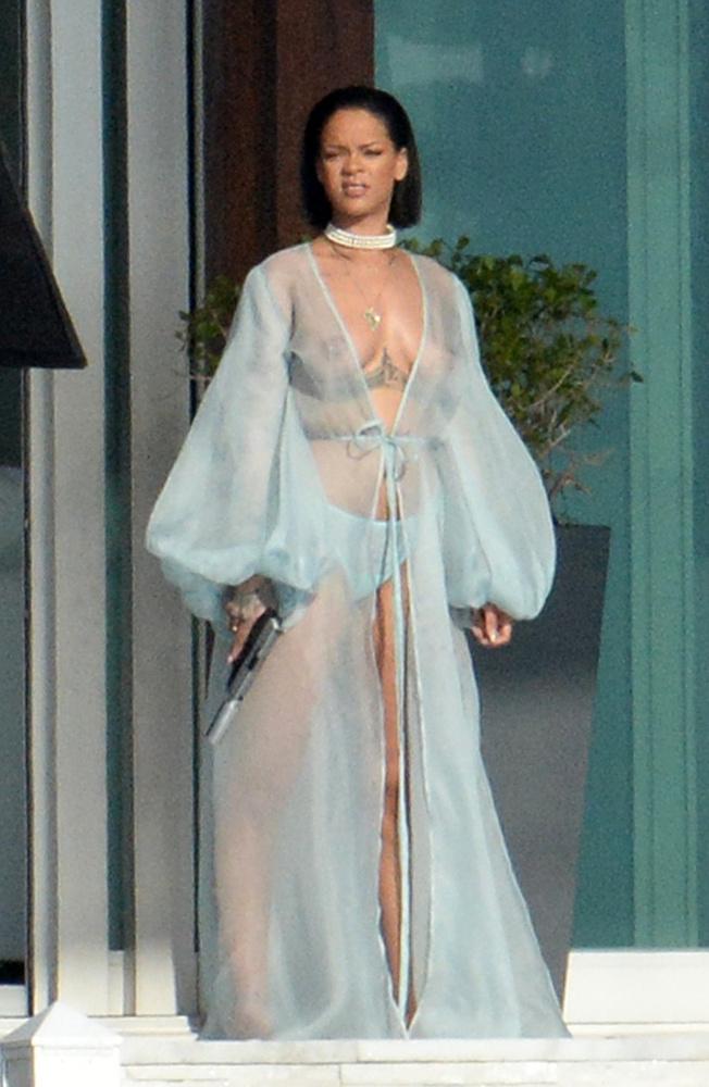 Rihanna pedig egyszál semmiben villantott mellet és fegyvert(!)