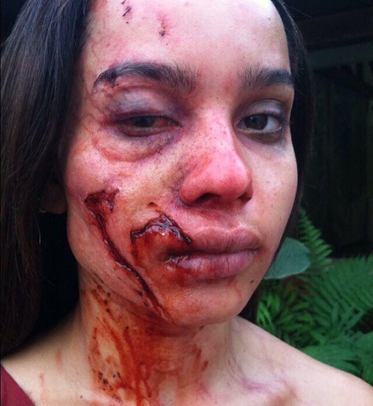 Zoe Kravitz-et, Lenny Kravitz lányát meg egészen ijesztőre sminkelték.
