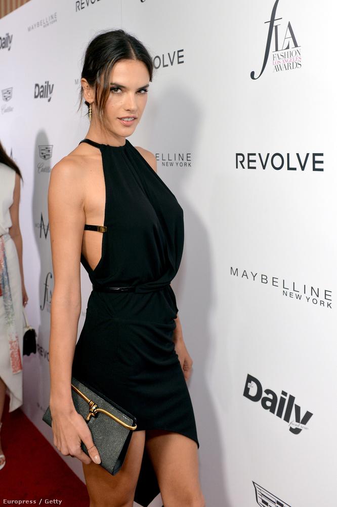Alessandra Ambrosio modell visszafogottan, feketében