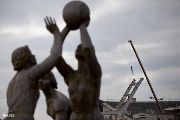 Régóta tényként kezeljük, hogy a Puskás Ferenc Stadiont eddigi formájában már nem sokáig láthatjuk, és ez a március 21-én elkezdődött vasbetonszerkezet-bontással végleg kézzel foghatóvá is vált