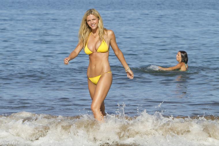 De Brooklyn Decker, a fehérneműmodellből lett színésznő egy citromsárga kis bikinibe csomagolt testéről se feledkezhetünk meg, ami a Kellékfeleség című filmben volt látható
