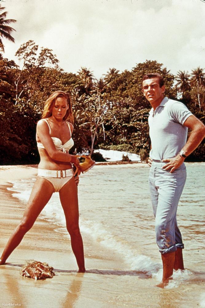 Ursula Andress fürdőruhája sem egy gyenge darab, pláne ha azt vesszük, hogy 16 millió forintnak megfelelő összegért árverezték el.