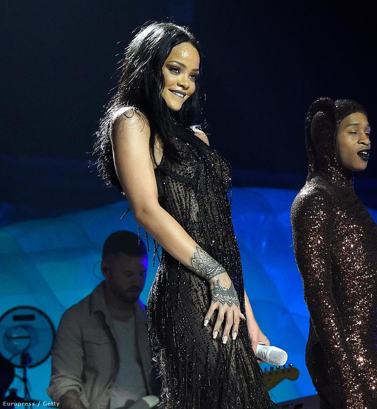 mert Rihanna arca továbbra is szuperbájos.
