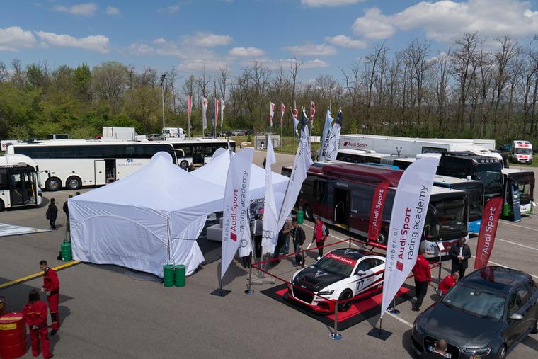 Legnagyobb meglepetésemre az Audi tehetséggondozó versenysorozatában induló, 15 éves Keszthelyi Vivien és versenyautója is megjelent a Busexpón