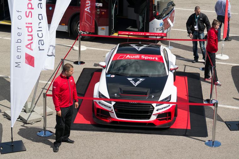 A jobb felső sarokban látható Keszthelyi Vivien, aki a kupás Audi TT versenyautóval vesz részt az Audi hároméves programjában