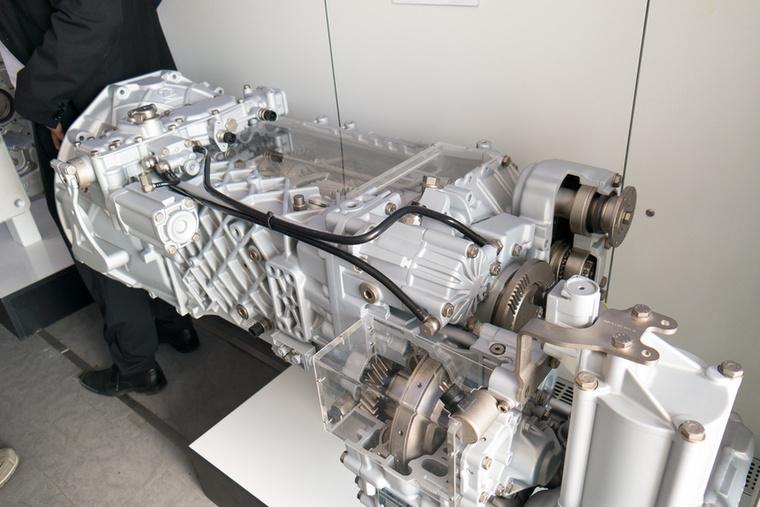 A ZF demókamionjában csodálatos automata váltók metszeteiben gyönyörködhetett az ember, és a 3000 Nm-re méretezett váltóknál mikroszkópra sem volt szükség