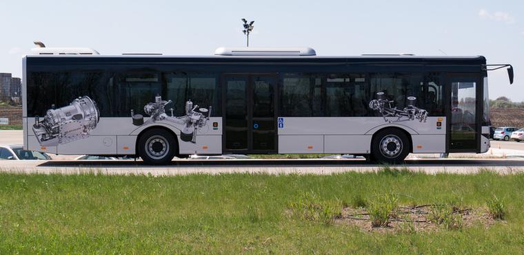 A ZF hídjain utazhat, aki erre a buszra felszállt