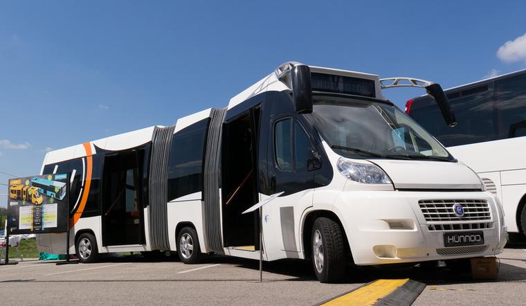 A Hunnoid standján nem bírtam megállni, hogy megkérdezzem: mi a cél a dupla csuklós kisbusszal? Állítólag történelmi városrészekbe, szűk utcákhoz lenne ideális