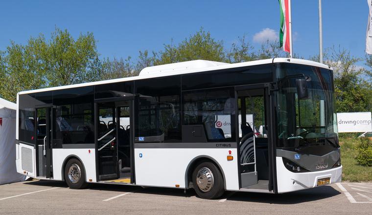 Ez első meglepi: egészen pofás Isuzu midibuszt is lehet venni, magyar importőrrel