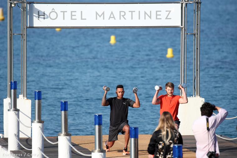 Nem csal a szemük, ott középen Lewis Hamilton F1-pilóta edzeget