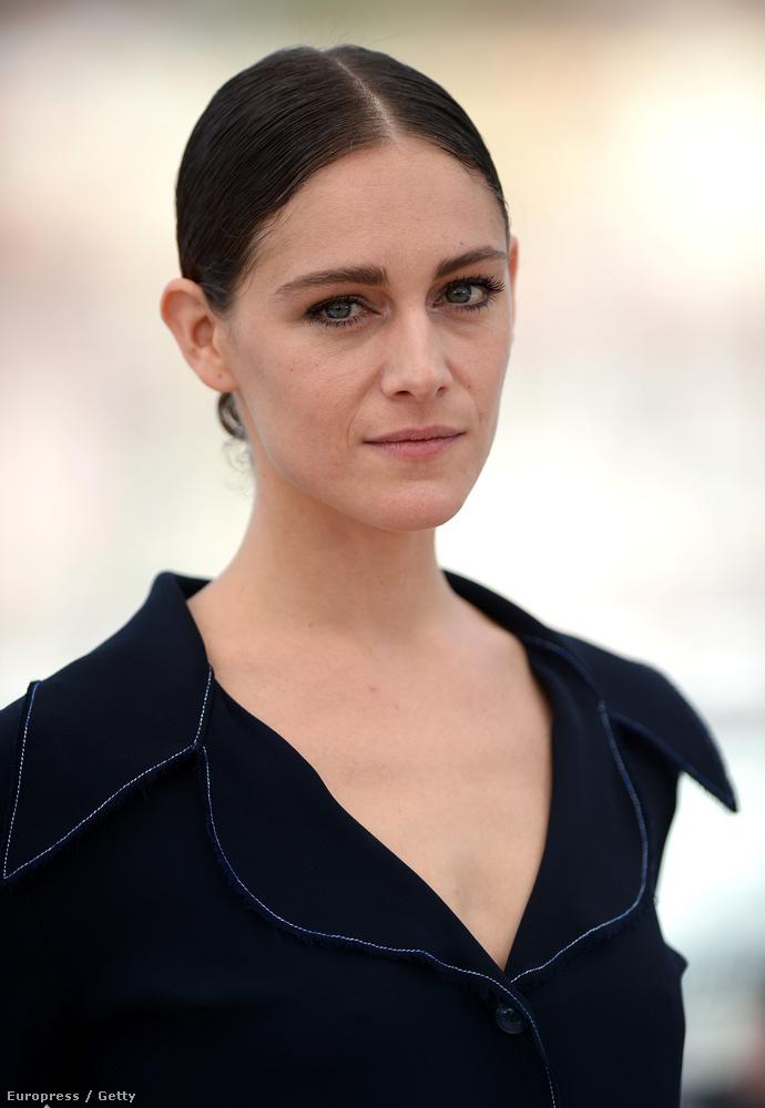 A film másik főszereplője Ariane Labed, aki azt a benyomást kelti bennünk, mintha Rooney Mara és Kristen Stewart fele-fele arányú keveréke.