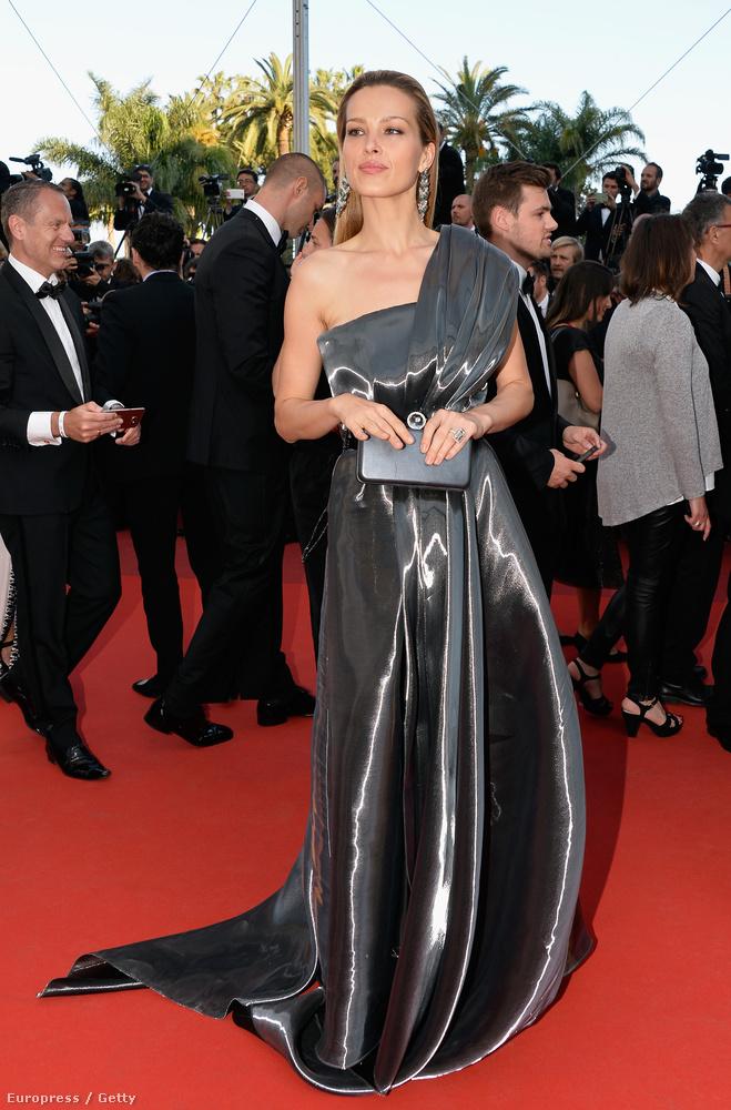 Ezt az összeállítást hírösszefoglalónak keresztelnénk, de igazából egyszerűen arról van szó, hogy találtunk egy-két érdekes képet Cannes-ból, és egy csokorban mutatjuk meg mindet.                         Ő itt Petra Nemcova modell, akit a fesztivál első ruházati balesete sújtott